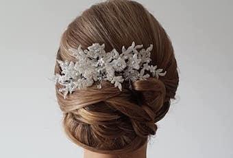 Brautfrisur mit Spange im Haar