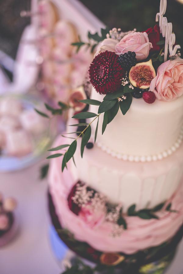 Traumhafte Torte mit echten Blüten