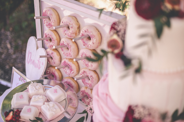 Rosarote Donut Wall und Petit Fours