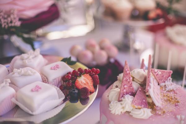 Rosarote Sweets und Früchte zur Hochzeit