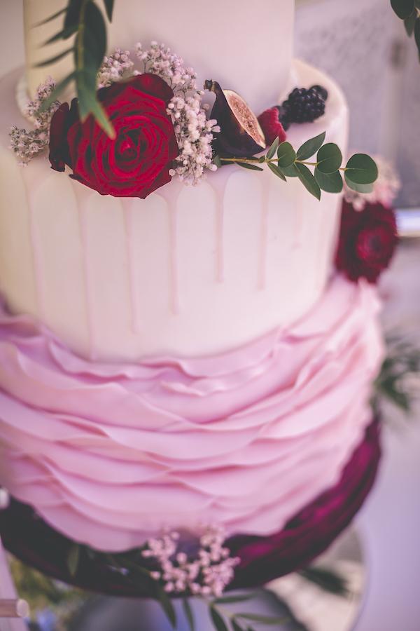 Dreistöckige Hochzeitstorte in rosarot