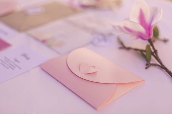 Rosefarbener Kartenumschlag