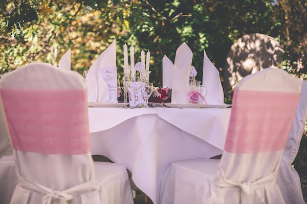 Wunderschöner Hochzeitstisch in rosarot