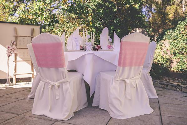 Papeterie am rosaroten Hochzeitstisch