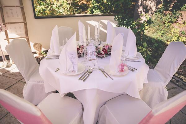 Rosarot gedeckter Hochzeitstisch