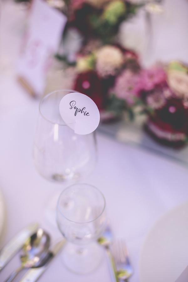 Namenskarten an Hochzeitstisch