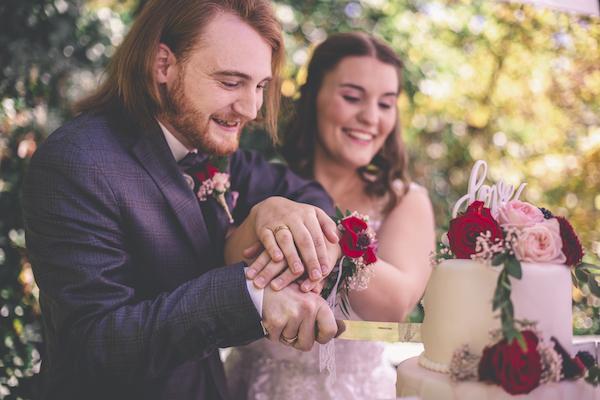 Tortenmesser im rosaroten Wedding Cake