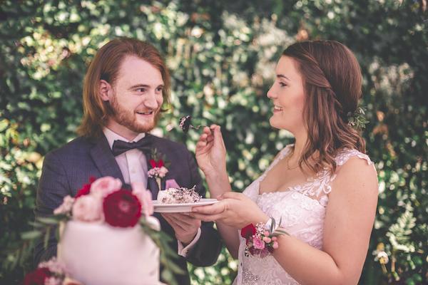 Erster Bissen für den Bräutigam