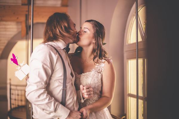 Hochzeitskuss an der Fotobox