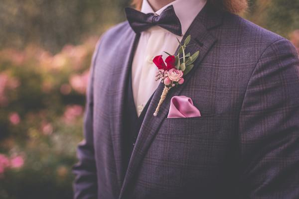 Hochzeitsanzug in Karostoff und rosefarbenen Details