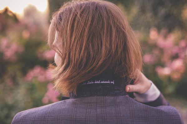 Individuelle Stickerei im Kragen für Ihn
