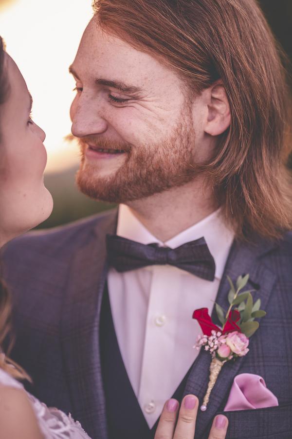 Verliebter Bräutigam in rosarot