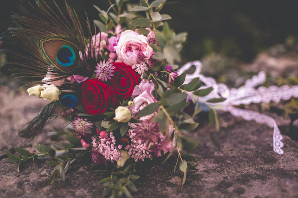 Rosaroter Brautstrauß mit Pfauenfeder